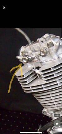 SR400のエンジン左上の 矢印をしてある太めのボルトを さびてるので交換したいのですが なんと言うボルトなのでしょうか? またオイルを抜かないと交換できないでしょうか? どなたか教えてください。