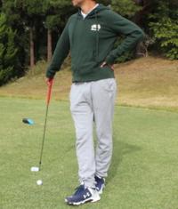 ゴルフ場でラウンドする際の服装について  下記の画像のような、上・パーカー、下・スウェットでプレーすることをどう感じますか? ゴルフ場によるとは思いますが、名門でなく、厳格なドレスコードのないゴルフ...
