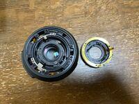 メルカリでカメラを買ったのですがレンズの部分がこの状態で届きました。カメラは初心者なのでこの状態が壊れているのかまだ直せるのかわからないので質問させていただきました。 なおメルカリ の説明文には各動...