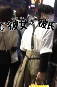 松村北斗 彼女 最近田中樹の文春情報が流出してましたが松村北斗のこれって彼女ですか? てかこれは松村北斗ですか?  画像みたら顔はそれっぽいけど、お互いそっぽ向いてイヤホンしてペアルックっておかしくない...