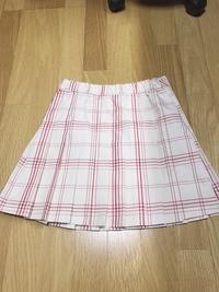 このミニスカートにあう服ってどんなのがありますか? 私が着たいと思っている月は6月なのですがどんなの服に合わせたらいいのかわからないので、教えてください!!!お願いします!