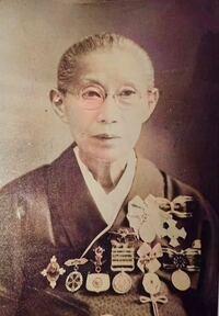この勲章のような物の詳細をお教え頂けますでしょうか。 曾祖母の写真らしいのですがこの勲章(?)のようなものの詳細が一切不明らしくずっと気になっています。  一部でも構いませんのでよろしくお願いします。