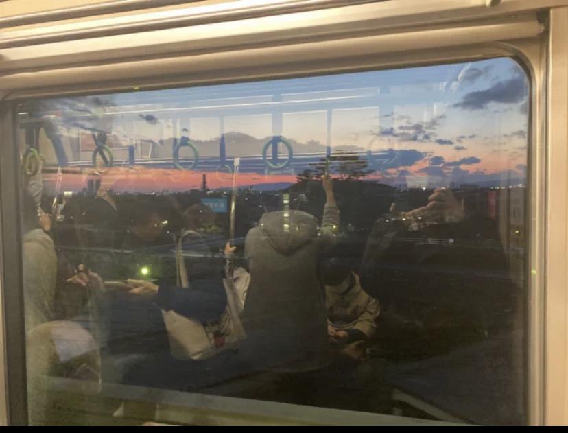 何線かわかりますか? 電車の窓しか写ってないんですが、 これだけで何線か分かる方いらっしゃいませんか笑
