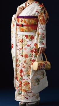 結婚式に白の振袖を着る事について。 今年に姉の結婚式があり振袖を着る予定です。ネットでレンタルするか、自前の振袖を着ようか迷っています。 自前の振袖が白地の古典柄、画像のようなイメ ージです。(画像は拾い画です) はっきりした白なので非常識に見られるか心配ですが、祖母が買ってくれた振袖なので着ようか迷っています。 振袖の白地はマナー違反では無いと聞きましたが、実際はどうなのでしょう。...