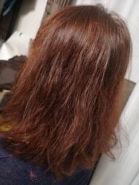 この赤茶っぼい髪色からミラーアッシュのような色に染めたいです。この前にブリーチをしてみたら真っ赤になりました。そこから緑に近いヘアカラーを入れたのですが変わらず写真のままです。 セルフで灰色っぽい黒...