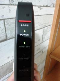 緊急です。今日インターネット無料の賃貸に引っ越しました。 無線ルーターを買いLANケーブルによる接続などをしたのですがインターネットのランプの部分だけ光らずインターネットに接続できません。LANケーブルな...
