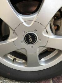 タイヤのホイールキャップの外し方が分かりません。どなたかわかりませんか?