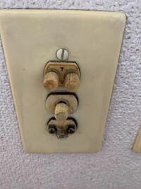 古いテレビアンテナ端子の接続方法について教えてください。 引越し先がかなり古い家でテレビ線の端子が写真のようなものでした。 上二段はネジ、下は間に挟むような構造になっています。 どのように使用するか教...