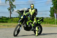 仮面ライダーといえばバイクですが、最近のライダーは乗ってるシーンが少ないですよね。 今やってるゼロワンなんか、変身した時とその前を含んで、2,3回くらいしかなかったと思います(満足に活躍したのは初登場の2話だけ) 「怪人が現れたからバイクで急行」的なのも、ライダーの定番みたいなものなのに、走って現場にむかったり、都合よくその場に怪人がいるような展開が多いですからね。 これも時代の変化の一部で...