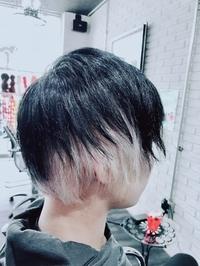 毛先だけ白色に染める?したいのですが髪の色を変えるのは初めてで何を買って何をすれば良いか分かりません! 自分でやってみたいなぁとは思うのですがどなたか毛先だけ白色にするやり方を教え てください!! 載...