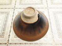 茶碗の窯元か作家名が分かれば教えてください。 またこれは天目茶碗の部類でしょうか? 茶色に下地に黒色の釉薬が茶碗の表裏にかかっています。 茶碗のサイズは口径12cm、高さ6.5cmです。  よろしく...