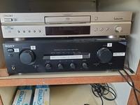 スピーカー、オーディオに詳しい方、教えてください。  こちらのCDプレーヤーを、大きなスピーカーにつないでいます。1.携帯電話をプレーヤーにつなぎ、スピーカから音を出したいです。このCD プレーヤーのどこ...