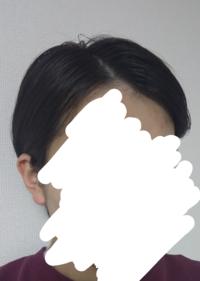 女性ショートヘアの髪型についてです。 新しい職場がレストランの接客業になりました。写真のように横の髪は耳にかけ七三でまとめるつもりです。この髪型で大丈夫でしょうか。 同じような職種の方いらしたらアドバイスください。  どのサイトを見ても女性の髪型の見本は、ロングヘアの夜会巻きが多いので質問させて頂きました。