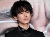 佐藤健さんの心霊写真を発見してしまいました((( ;゚Д゚))) 後ろの方をよくご覧ください。あまりにもデカイ顔が佐藤健さんにキス(? )を迫ってるようにも見えます。まぁ、キスはともかく、絶対顔は写ってますよね...