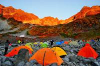 今年の秋、紅葉最盛期の涸沢カール。 山小屋とテント場は、それぞれ どんな混雑状況になると予想しますか? ただし ・コロナは収束しない ・山小屋もテント場も閉鎖しない ・上高地へのバス・タクシーは運行している と言う前提です。