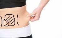 下腹部あたりの脂肪、盛り上がりに関して悩んでいます。 画像の(フリー素材引用)縦線は凹んでいるのに対して、中央の丸で囲んだ部分が盛り上がり、ぽこっと出ている状態です。 筋トレをしても なくなりません。摘むと弾力があります。 筋トレの仕方が悪いのか、お腹を自分で凹ませる癖が悪かったのか....。 どうやったらぺったんこに出来るのでしょうか? (21才女)