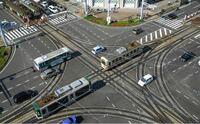 緊急車両についての質問です パトカーや消防車,救急車などの緊急車両(緊急走行時)と路面電車はどちらが優先的に走行できますか?  また写真のような交差点の場合はどちらが停止しないといけないですか?