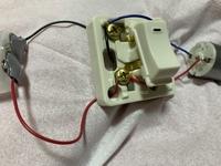 モーターにオンオフの切り替えスイッチを つけて 配線したところモーターが逆回転します 何故ですか?  よろしくお願いします、、、