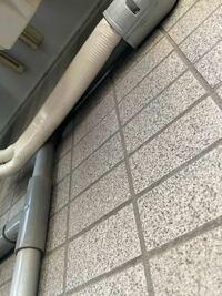 エアコンのドレンホースが見当たらなく、唯一それっぽいのが見にくいですが写真のようなグレーのパイプでした。このパイプは家のエアコンに繋がっています。室外機が地面ではなく上にあるのでこのパイプがあるのでし ょうか? パイプの先端は穴が開いていました。