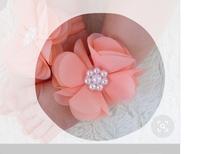 素材について  花びらの端のところがほつれなさそうで 処理をしてそうですか? それとも切りっぱなしか この花はどのような素材のものを使っているか おわかりの方教えてください