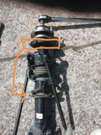 ダウンサス取り付けしました。 画像のアッパーシートの所の衝撃吸収材を本来ならバネの上部についていますが、間違えてバネの下部に取り付けしてしまっています。 現在は異音などないのですが、問題なさそうですか?