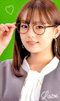 篠崎愛が出演しているCMのサテライトオフィスというCMがありますがCM中に出るメガネを探しています。どこかのブランド商品のメガネなのでしょうか? 教えてください。よろしくお願いいたします。 画像も張ってお...
