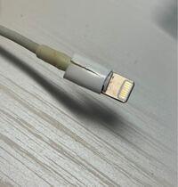 iPhoneの充電ケーブル?がもともと接続が悪かったのですが最近久しぶりに充電できると思ったらすごい熱くて色が黄色くなってて形も曲がってきました。 もう充電はしない方が良いですか?? 突然発火したりしますか??