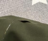 マムートのジャケット、接着剤の剥がれについて 写真のように接着部分が剥がれてしまいました。  どのように補修するのがベストでしょうか?  生地の素材はソフテックというものです。  使用する接着剤なども教え...