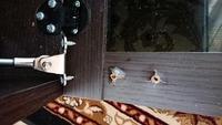 テレビ台の扉にネジで取り付けてあった、開閉をスムーズにするための金具が、ネジが引っこ抜ける形で写真のように取れてしまいました。 原因は、開いている状態(扉が床と水平になる)で子供が 扉に体重をかけた...