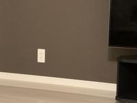 テレビ台の色で迷っています。 壁の色がブラウンで床がホワイトに近いフローリングです。ダークブラウンのテレビ台が自分好みなのですが、壁がブラウンなので変でしょうか?