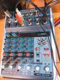 先日、BehringerのQ802USBを購入しました。 オーディオインターフェースの入力を聞いたまま、その他のLine入力の音を聞こうと思っているのですが、USB/2-TRACKのTO MAIN MIXを押した時にマイクに音が入らなくなっ...