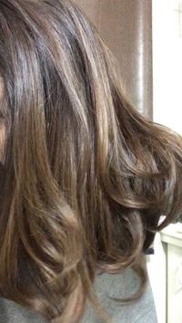 美容師さん、美容関係の方へ質問です。  1年前に、白髪染めとハイライトを美容院で入れました。その後、ルベル マテリアgのcb8+be8で根元をセルフで染められるよう品番を教えていただきました 。 なかなか美容...