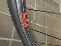 サイクルあさひで買った自転車なんですが、後ろタイヤは仏式なのに前は仏式ではありませんでした。これはなに式ですか?