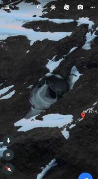 GoogleEarthの南極にまさに人工物というほかないようなもの映っているわけですが、自然でこんなものができるものですか?屋根のようなものはもちろんですが、入り口付近の地面も周囲とは異質です。