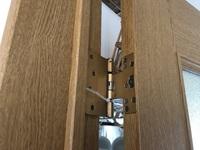 ドアの蝶番を交換しようとしたら、この蝶番は二次元蝶番というそうで、もう販売されてないから同じものに交換できないそうです。どんな蝶番を使って交換したらよいのでしょうか? ドア側は、彫 ってあって金具が...
