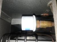 エアコン室内機のガス管のところに付いてあるこの丸い物は何て言う名称でしょうか? この辺りから火花が散ってブレーカーが落ちてしまいます。