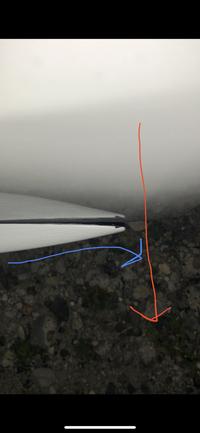 サイドスポイラー エアロ 歪み  外装パーツ歪み  取り付け     この度、車両側面下部にストーンガードなる サイドスポイラーを取り付けました。  しかしこのパーツ中古部品により 前車から取り外す際、赤矢印方向へ力が加わっており青矢印のように反ってしまっています。  この反を戻す方法もしくは この隙間を埋める方法を考案して頂きたいのです。  どうぞ宜しくお...