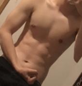 筋トレ1年目です、この写真が今です。あんまり筋肉無くね?って思う人もいるんですけど昔は細いのに肉がつきまくってて最悪な体でした。腹筋を強化したいです。おすすめの筋トレ教えてくれませ んか?あとできれ...