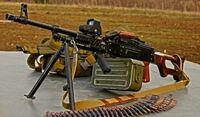 銃弾について質問します。 そもそもわたしは.338LM弾(.338ラプア・マグナム弾)について「狙撃銃で採用されている銃弾」程度の知識しかないのですが、「狙撃銃のためにわざわざ専用の銃弾を採用するのはもったいないな…狙撃銃以外で.338LM弾を使える銃はないものか…」とシロウトなりに考えてしまいます。  そこでわたしは「.338LM弾を使う汎用機関銃を分隊に配備したら便利じゃないか?」と思い...