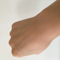 手の甲が下の毛穴が写真のようによく見えてしまうんです。直す方法ありますかね?また、同じような手の方がいれば教えてほしいです。