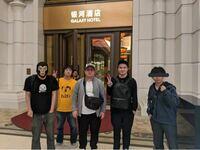 この加藤純一さん(右から2番目)の持っている黒いリュックがどこのブランドの物なのかわかる方教えてください