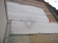 トタン屋根の雨漏り仮修理はアスファルトルーフィングというのを縦に貼ればよいのですか。 豪雨のとき、雨漏りしてきますので、塩ビ波板とアルミテープで補修して、雨漏りやんでましたが、最近また雨漏りしてきま...