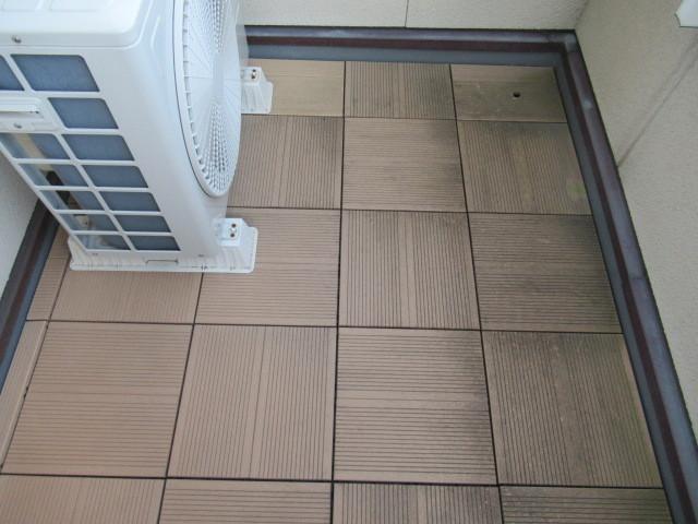 一条工務店で数年前に新築したベランダのタイルの掃除の仕方の質問です。 新築時は全面に敷かれて...