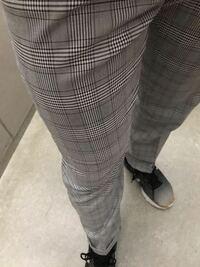 自他ともに認めるクソダサファッションの使い手です。 画像のズボンには、白と黒のどちらのトップスが合いますか?