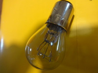 LED球の品名を教えてください。 スクーターの、ポジション/ウインカー球を LEDで明るいものにしたのです。 現在は、普通のフィラメント球  P21/5W 12V (添付写真です) これをLEDのもっ...