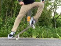 オーリーについて 最近スケボーを始めて、今止まってオーリーの練習をしているのですが、テールを弾く時脚が画像のように斜めになってしまいます。 これって良く無いですか? 弾く脚が真下になる方が良いのでしょ...