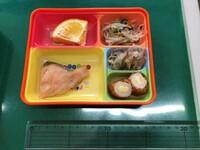 幼稚園の給食の弁当です。 以前も投稿させていただきました。 これで330円です。勘弁してください。 先生も同じ量です。  皆さんのところのお弁当は、いくらでどのようなお弁当ですか? 教えていただけたら...
