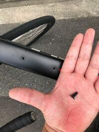 ロードバイクのトップチューブのダボ穴なんですが、1つダボ穴埋めるシリコンみたいなの無くしてしまいました。 オススメの製品とか対策法を教えてください