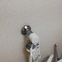 洗濯機の水が出る、部品?が壁から外れてしまったのを見つけましたが自分で直す方法はありますか?