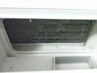 ドラム式洗濯機の乾燥フィルターの奥のホコリについて質問です。 乾燥フィルターを開けると、奥にネジで固定されたフィルターが付いているのですが、それを外すと奥にこのような、アルミのような素材の縦に細かい...
